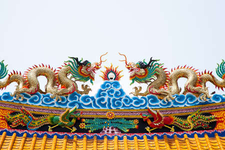 behind the scenes: Dragon statue roof. Dragon sculpture on the roof of the two colors. Behind the scenes of white.