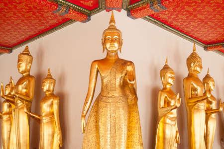 national identity: Buddha sancito nel tempio. L'identit� nazionale della Thailandia. Per i turisti a cercare benedizioni.