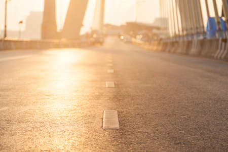 Weg met zon verlichting. Open weg zonder autoverkeer in de ochtend. Stockfoto