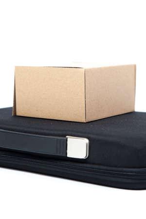 black briefcase: Caja de papel de Brown en un malet�n negro. Foto de archivo