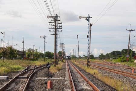 telegraaf: Railway en telegraafpalen Telegraaf palen geïnstalleerd in de buurt van de spoorlijn.
