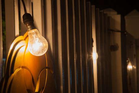 Licht versieren. Lamp hing uit met een lange houten paal. Decoraties tijdens