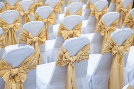 La boda de interior. Funda de tela blanca con un paño y atado con una decoración de proa.