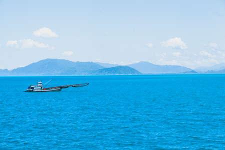 cielo y mar: Barco de pesca de vela en el mar. As� que salir a pescar para la pesca en alta mar.