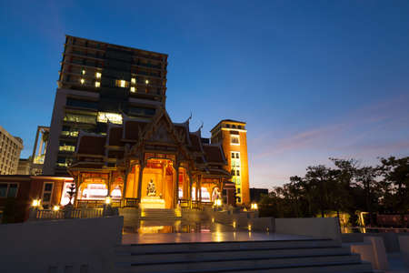 reign: Hall fifth reign at Siriraj Hospital.Building a hospital in the evening light and the sky was dark. Editorial