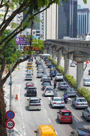 쿠알라 룸푸르, 말레이시아 -1 월 18,2017 :도 교통 체증. 차는 천천히 움직입니다.