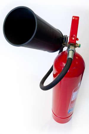 Red brandblusser op een witte achtergrond