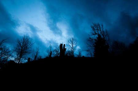gothique: paysage mystique avec ciel nuageux alors l'heure bleue