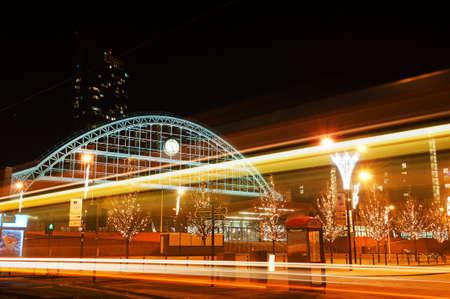 europa, Groot-Brittannië, manchester, grote stadhuis gemaakt van een stalen kader, met een grote klok op het, met wat lichte balken van bussen en auto's