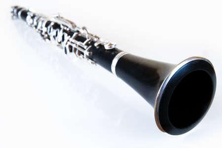 clarinete: perspectiva de la música de un clarinete clásico negro con el entorno de la plata