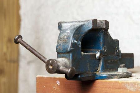 Blue Metal Schraubstock auf einer Werkbank