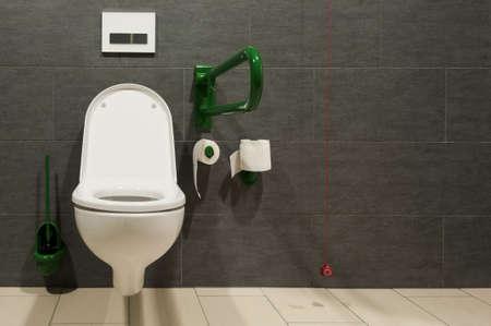 Vue de face d'un placard pour les personnes handicapées avec un fil rouge d'urgence Banque d'images - 11929186