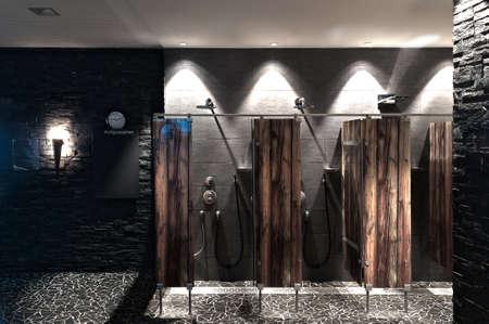 Douche moderne dans une piscine avec optique diviseur de verre plexi bois Banque d'images - 11929187