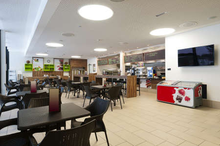large self service restaurant with wood and rattan interior and long readout bar Banque d'images