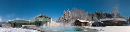 panorama van een modern zwembad en de sauna op een prachtige winterdag Stockfoto