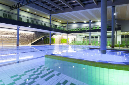 gevuld overdekt zwembad met gekleurde tegels en verlichting