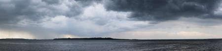 cielo tormenta: panorama del estado de �nimo espectacular antes de la tormenta en el lago Chiemsee