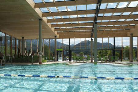 Architecture intérieure de bain natation publique avec tours et le toit en verre Banque d'images - 14249158