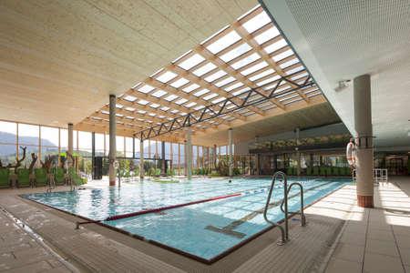 binnenlandse mening van het zwemmen bad met zwembad met binnen-ronden Stockfoto