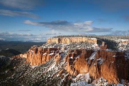 grote rots van Bryce Canyon na sneeuw vallen met blauwe en zonnige hemel