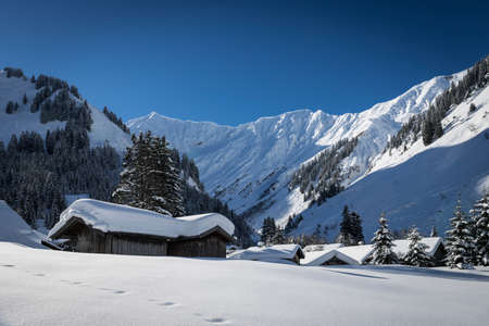 cottages with snow on roof in austrian alps at winter Standard-Bild