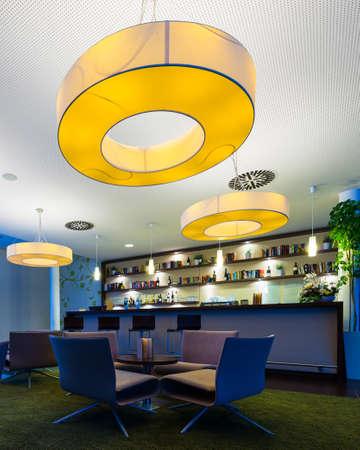 Petit bar de l'hôtel avec d'énormes lampes et porte-bouteilles Banque d'images - 19054672
