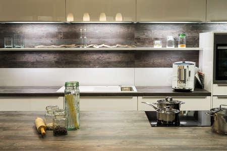 moderne houten optische keuken met kookpotten en plank Stockfoto