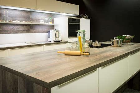 Voir dans la plaque de travail de cuisine optique moderne en bois avec décoration Banque d'images - 22881393