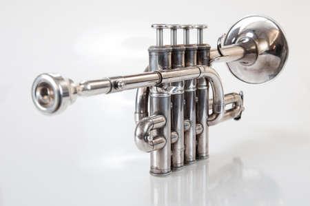 blaasinstrument: zilver muziek blaasinstrument trompet op een witte achtergrond