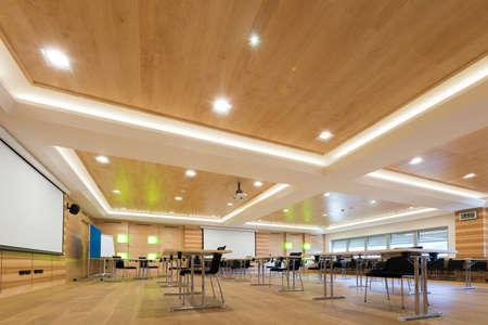 houten architectuur van de moderne conferentiezaal met cahirs en tafels