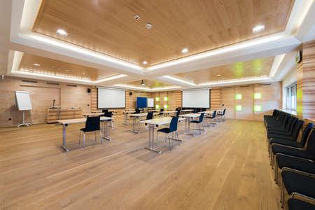houten conferentieruimte met presentatiewand en projector Stockfoto