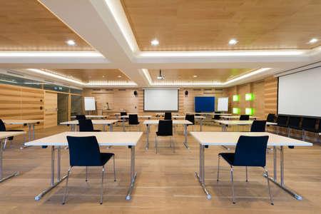 Voir au projecteur écran dans la salle de conférence en bois Banque d'images - 26860351