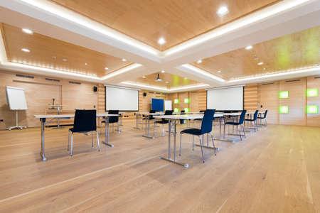 flip-over en projectieschermen in houten conferentieruimte