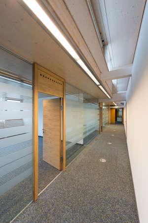 gang van een modern kantoorgebouw met glas en hout Stockfoto
