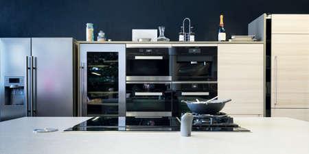 plusieurs équipements de cuisine électronique avec poêle et du bois avant