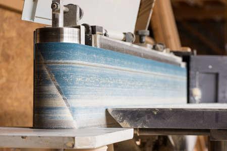 fixed vertical electric belt sander of carpenter in hall Standard-Bild