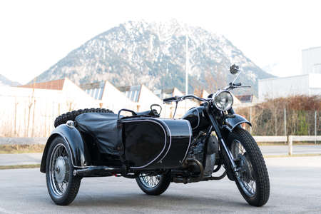 oude zwarte oldtimer motorfiets met aanhanger zijspan Stockfoto