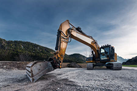 oog op de enorme oranje mechanische shovel graafmachine op gravel