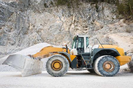 cargador frontal: vista lateral de la rueda grande y pesado cargador frontal montado en la mina