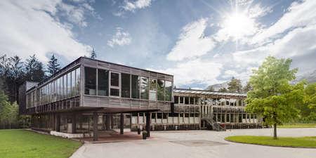 緑の木と木製のモダンな木造の受動的な家