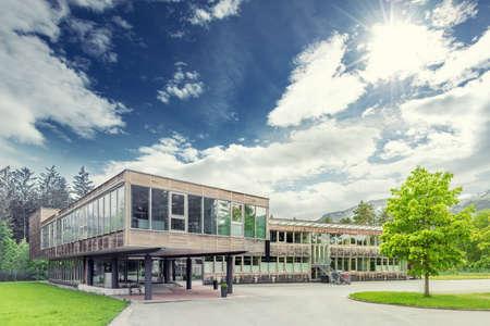 現代の持続可能な生態学的木材事務所ビル 写真素材