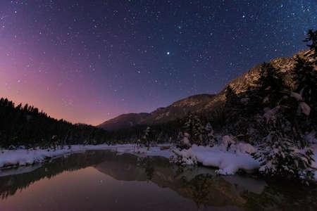 anochecer: Lago Riedenersee en la noche con las estrellas en el invierno Foto de archivo