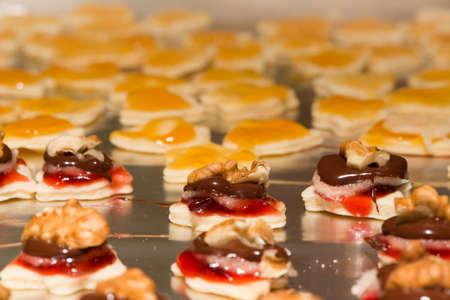 galletas de navidad: varias galletas de Navidad hechos en casa de abrigo para navidad Foto de archivo