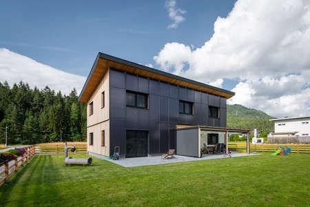 Sauberes, grünes, energieeffizientes Solarhaus an der Front eines Wohnhauses für kostenloses erneuerbares Warmwasser für Trinkwasser und Heizung Standard-Bild