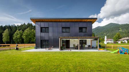 Casa solar de fuente de ahorro eficiente de energía verde limpia en el frente de la casa residencial para agua caliente renovable gratuita para agua potable y unidad de calefacción