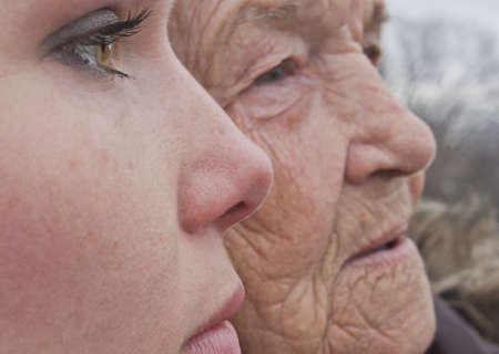 Het portret van de grootmoeder en kleindochter, gezichten close-up weergave
