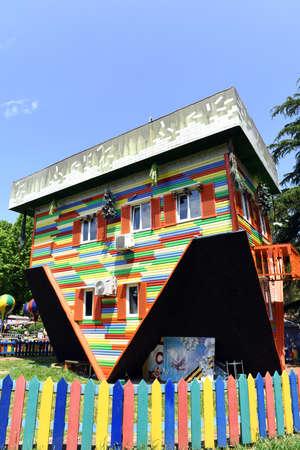 """cabeza abajo: Sochi, Rusia, 1 de junio de 2016. atracción """"casa abajo al revés"""" en el Parque """"Riviera"""""""