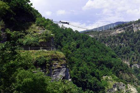 Schöner Panoramablick auf den Sky Park und den Fluss Mzymta