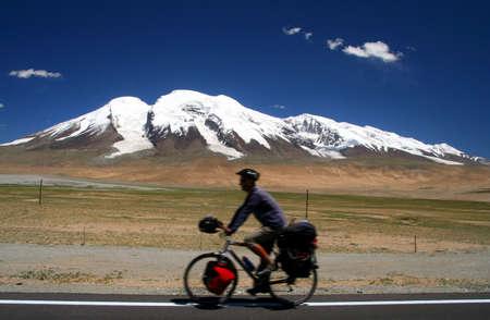 bonne aventure: À vélo à travers la route de montagne éloigné de la Chine Banque d'images