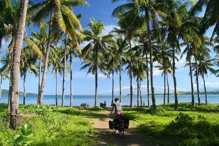 bonne aventure: Lonely cycliste qui traverse la jungle en indonésien Sumbawa Banque d'images